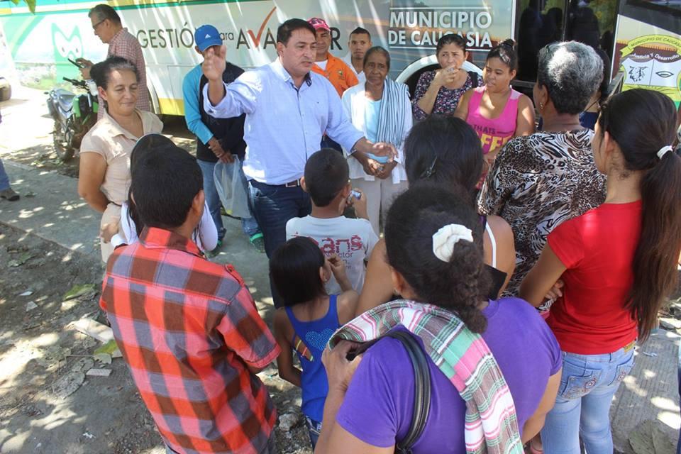 ALCALDE-DE-CAUCASIA-REUBICA-7-FAMILIAS-DE-SAN-MIGUEL