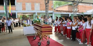 Liceo Caucasia da el último adiós al profesor Regino Durán