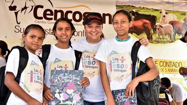 Johana Fernández Gerente de Cencogan , acompañada de los estudiantes de la Institución Educativa Nuestra Señora de Fátima .